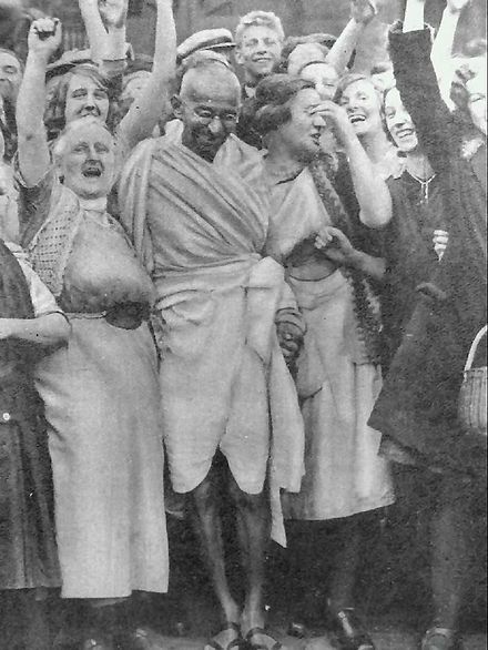 440px-Gandhi_at_Darwen_with_women